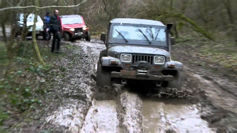 4x4 Mahindra, jeep wrangler et poncin passe un bourbier
